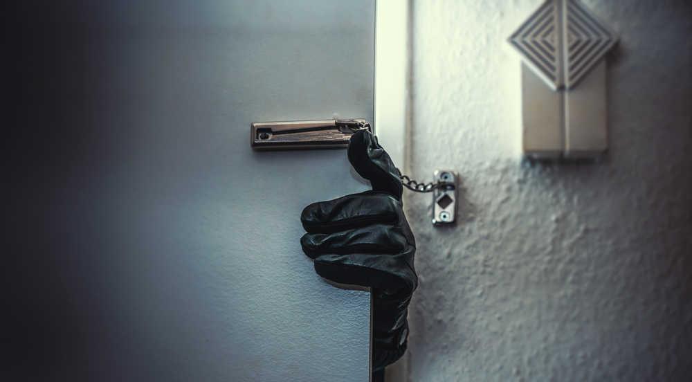 Cómo actuar en caso de que un ladrón entre a tu casa o negocio y tu estés en él